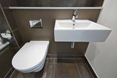 Detalle del cuarto de baño con el lavabo del tocador y de colada Imágenes de archivo libres de regalías