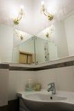 Detalle del cuarto de baño con los espejos imagenes de archivo