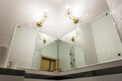 Detalle del cuarto de baño con los espejos fotografía de archivo libre de regalías