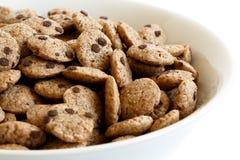 Detalle del cuenco de cereal de las galletas de microprocesador de chocolate Imagen de archivo libre de regalías
