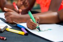 Detalle del dibujo africano de las manos de los niños Imagen de archivo libre de regalías