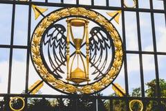Detalle del dorado de una puerta del hierro labrado fotografía de archivo