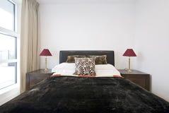 Detalle del dormitorio con la cama gigante Fotografía de archivo libre de regalías