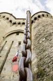 Detalle del encadenamiento del metal de la puerta del castillo. Fotografía de archivo