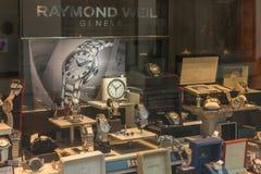 Detalle del escaparate de una joyería de la relojería en Badenweiler imagen de archivo