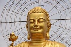 Detalle del gigante que sienta a Buda de oro que sostiene la flor de loto de oro en Van Hahn Padoda, templo budista en Dalat, Vie Fotografía de archivo