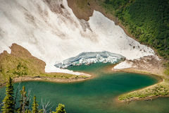 Detalle del glaciar que cae en el lago en el rastro del canto de Acamina, lagos NP, Canadá Waterton Imagenes de archivo