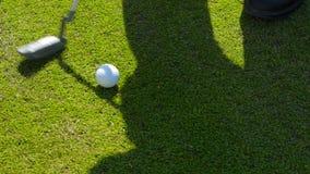 Detalle del golf y una sombra del atleta almacen de video