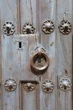 Detalle del golpeador y cerradura de la puerta de madera antigua Foto de archivo libre de regalías