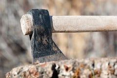 Detalle del hacha en el bloque Fotografía de archivo libre de regalías