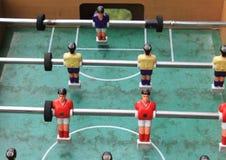 Detalle del juego de fútbol del fútbol de la tabla con los jugadores rojos y amarillos Imagen de archivo