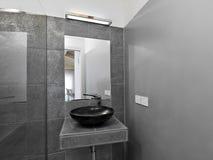 Detalle del lavabo en un cuarto de baño moderno Foto de archivo libre de regalías