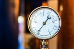 Detalle del manómetro de la presión en fondo agradable del bokeh Imágenes de archivo libres de regalías