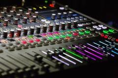 Detalle del mezclador del estudio con los botones retroiluminados Foto de archivo