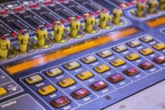Detalle del mezclador del estudio con los botones retroiluminados, selectivo enfocado Fotografía de archivo