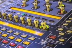 Detalle del mezclador del estudio con los botones retroiluminados, selectivo enfocado Imagenes de archivo