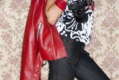 Detalle del modelo de manera que presenta con la chaqueta roja Foto de archivo