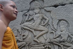 Detalle del monje budista y de Apsara Fotos de archivo libres de regalías