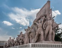 Detalle del monumento de los héroes del ` s de la gente en la Plaza de Tiananmen fotos de archivo
