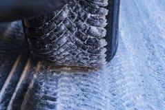 Detalle del neumático de coche fotos de archivo