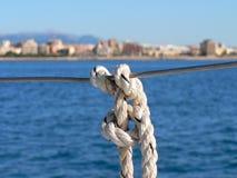 Detalle del nudo de la cuerda de una defensa fotos de archivo