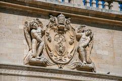 Detalle del ornamento de piedra del edificio delante del palacio de los papas de Aviñón Imagenes de archivo