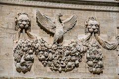 Detalle del ornamento de piedra del edificio delante del palacio de los papas de Aviñón Fotografía de archivo