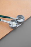 Detalle del pallete del pintor con los cepillos Imagen de archivo libre de regalías