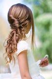 Detalle del peinado de la comunión de la muchacha. Foto de archivo