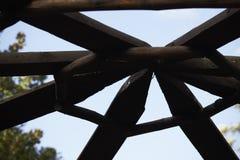Detalle del primer del centro del eje del tejado de la pérgola fotos de archivo