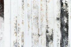 Detalle del primer de la pintura del grunge en la pared oxidada del metal blanco Imagen de archivo