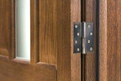 Detalle del primer de la puerta de madera marrón imagenes de archivo