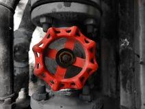 Detalle del primer de la válvula roja con el cerco blanco y negro fotos de archivo