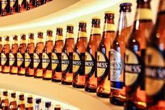 Detalle del primer de las botellas de Guinness en fila Imagen de archivo libre de regalías
