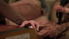 Detalle del primer de las manos que tocan el instrumento del acorde?n clip Detalle de los fingeres que juegan el acordeón con los almacen de metraje de vídeo