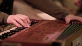 Detalle del primer de las manos que tocan el instrumento del acorde?n clip Detalle de los fingeres que juegan el acorde?n con los metrajes