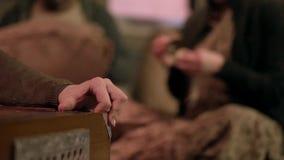 Detalle del primer de las manos que tocan el instrumento del acorde?n clip Detalle de los fingeres que juegan el acorde?n con los almacen de video