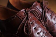 Detalle del primer de los zapatos de cuero marrones clásicos de la abarca Foto de archivo libre de regalías