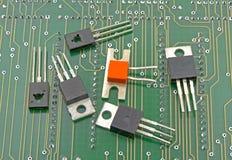 Detalle del primer de transistores en placa de circuito foto de archivo