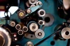 detalle del proyector del cine de la película de 35 milímetros con el funcionamiento del carrete y de la película Fotografía de archivo libre de regalías