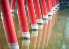 Detalle del puente rojo de madera con el fondo del agua. Imágenes de archivo libres de regalías