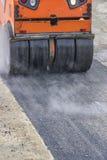 Detalle del rodillo de camino durante los trabajos que remiendan 3 del asfalto foto de archivo libre de regalías