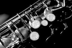 Detalle del saxofón blanco y negro foto de archivo