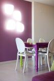 Detalle del sitio dinning con la tabla y las sillas coloridas Imagen de archivo libre de regalías