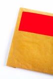 Detalle del sobre con la etiqueta engomada roja en blanco Foto de archivo libre de regalías