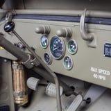 Detalle del tablero de instrumentos de un jeep militar viejo Foto de archivo