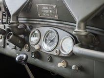 Detalle del tablero de instrumentos de un jeep militar viejo Fotografía de archivo