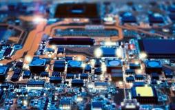 Detalle del tablero electrónico en el taller de reparaciones del hardware Foto de archivo