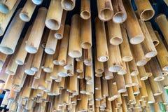 Detalle del techo de la decoración de bambú del tubo que cuelga en el techo con la luz llevada Los materiales de la decoración so foto de archivo