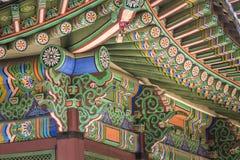 Detalle del tejado coreano tradicional, ornamento adornado colorido Fotografía de archivo